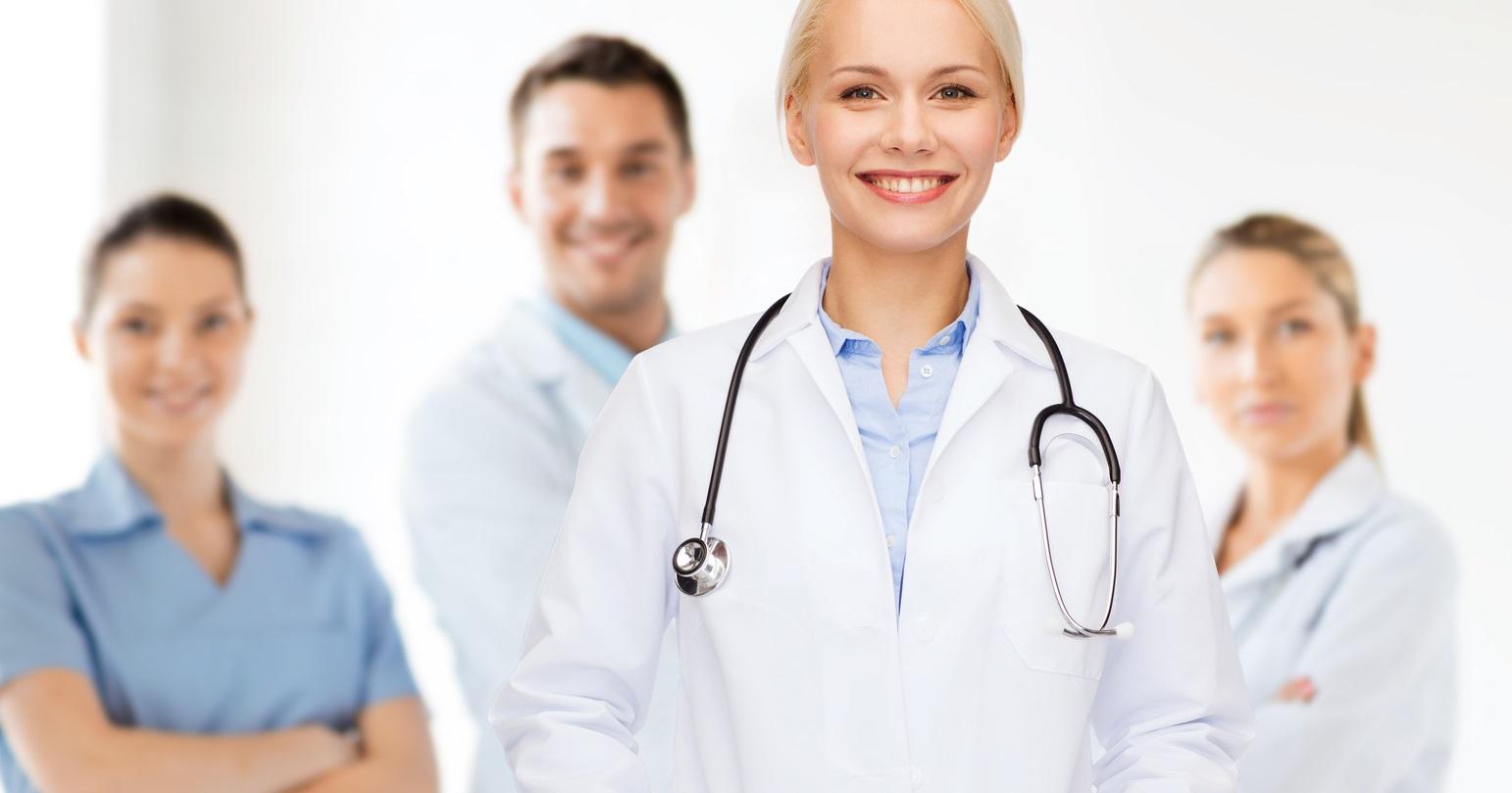 Ein Ärzteteam in Berufsbekleidung
