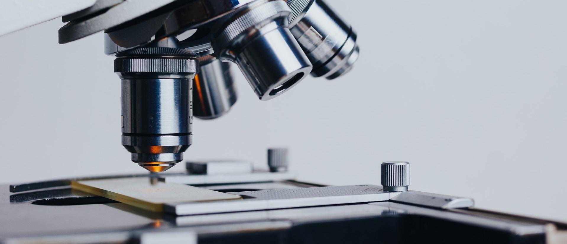 Der Objekttisch und das Objektiv eines Mikroskops